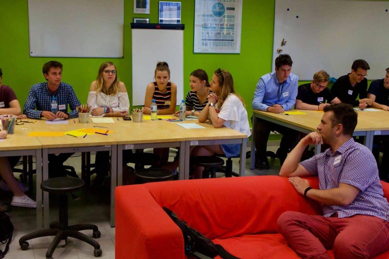 Co to jest design thinking? Grupa osób intensywnie pracujących podczas procesu design thinking.