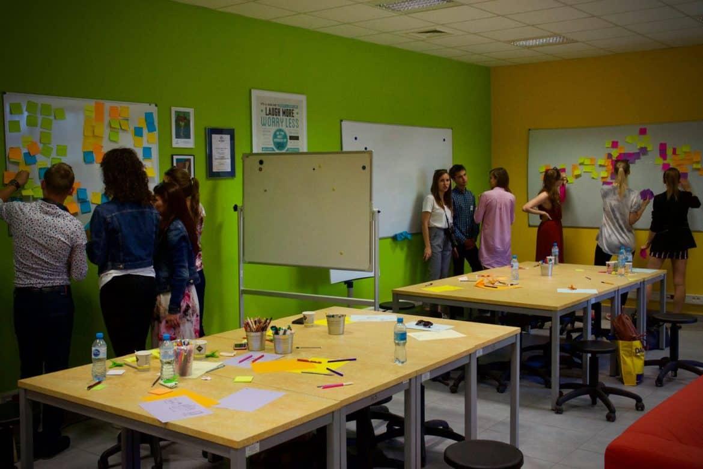 Design thinking w biznesie i w startupach. Praca zespołów w procesie design thinking.